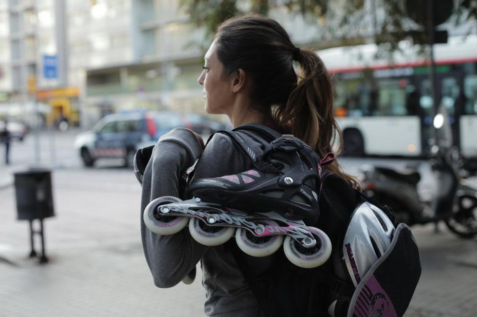 Девушка с роликами на плечах