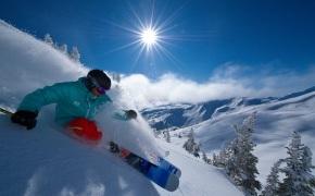 Спуск с горы на горных лыжах