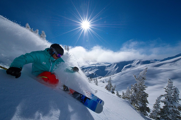 Крутой спуск на горных лыжах