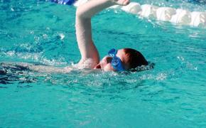 Ребенок плывет в бассейне