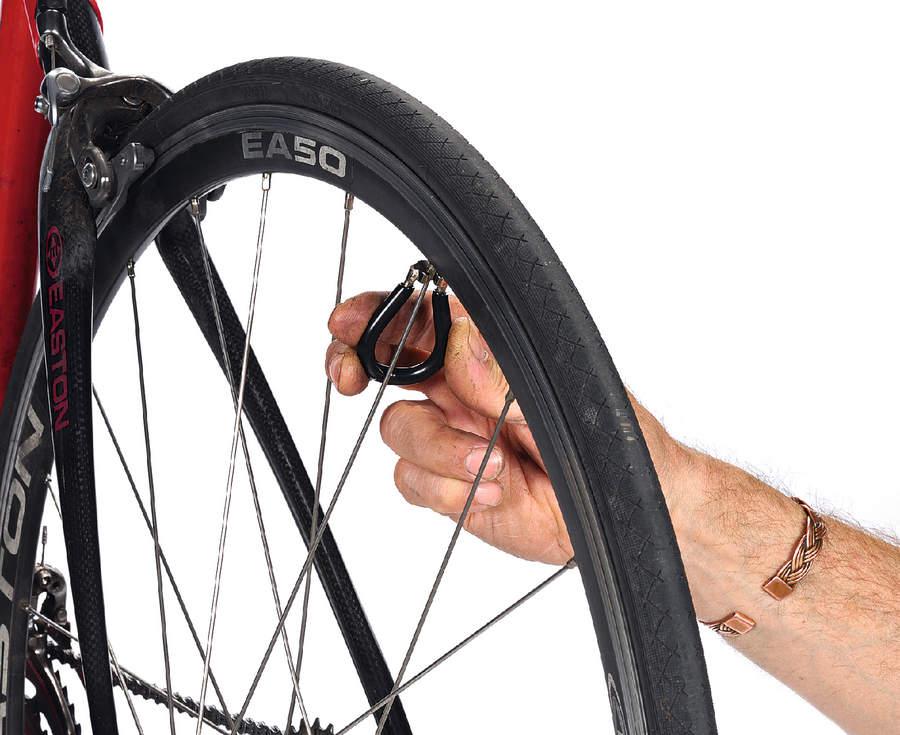 Подтягиваем спицу на колесе велосипеда