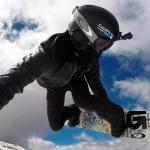 Сноубордист в шлеме с экшн-камерой
