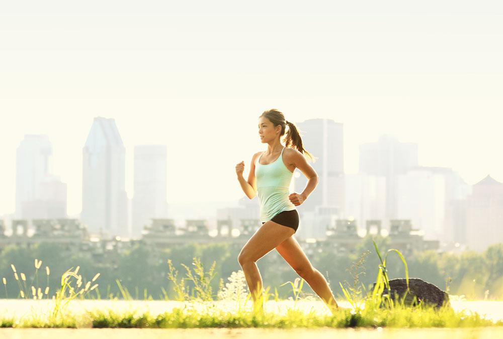 Девушка бежит по городу