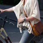 Беременная на велосипеде