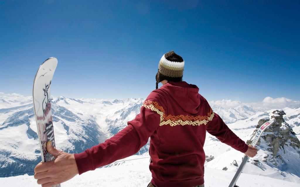На вершине с горными лыжами