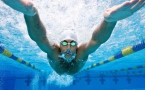 Мужчина плывет баттерфляем