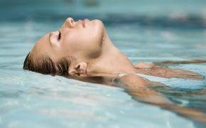 Девушка лежит на воде