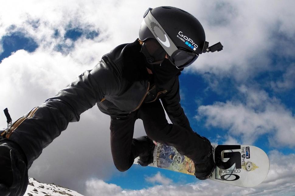 Трюк на сноуборде в шлеме с камерой