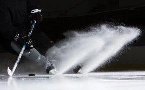 Хоккеист тормозит на коньках