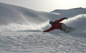 Спуск в стиле карвинг на сноуборде