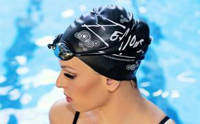 Девушка в шапочке для плавания