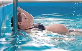 Беременная в бассейне